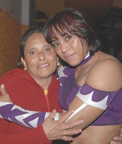 Marcela...Desde que debutó como luchadora el apoyo de su madre ha sido i...