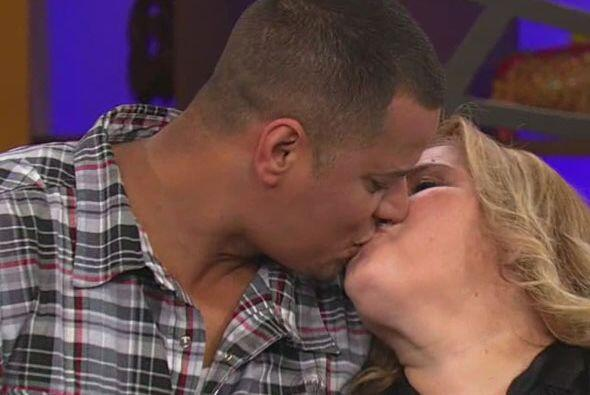Y con este tierno beso sellaron su compromiso, ¡felicidades a los novios!