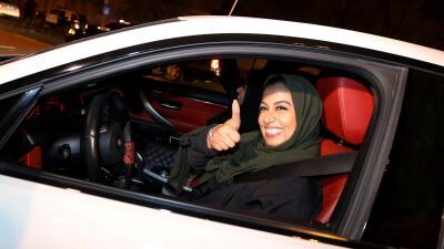 Mujeres al volante: el único país que impedía a las mujeres manejar acaba con esa prohibición (fotos)