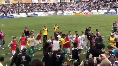 Tremenda bronca en Brasil: a puñetazos, patadas y hasta sillazos terminó un partido