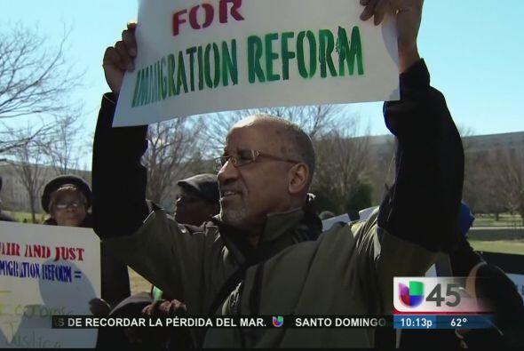 Y mientras que senadores texanos piden no apurar la reforma migratoria,...