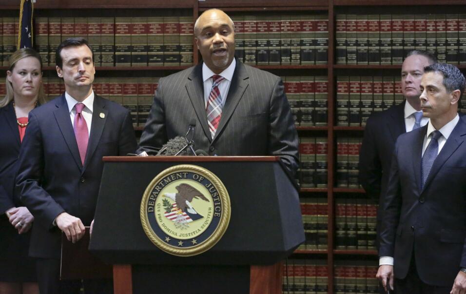 El fiscal federal Robert Capers, al centro, habla en una conferencia de...