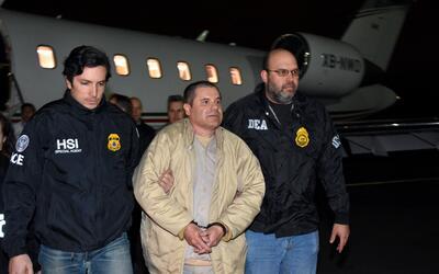 Joaquín 'El Chapo' Guzmán, líder del cartel de Sinaloa, es escoltado por...
