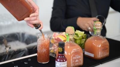 Un mesero sirve un coctel con tequila en Nueva York.