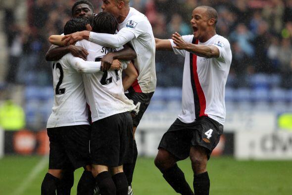 Manchester City se impuso por 2-0 y se mantiene en la lucha por el título.