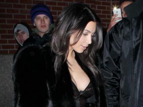 Kim Kardashian nos vuelve a sorprender... Más videos de Chismes a...