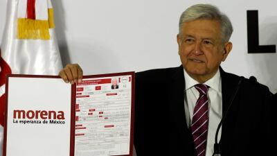 Andrés Manuel López Obrador durante el registro de su precandidatura.