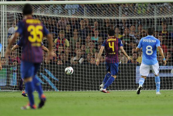 Un desborde del brasileño Adriano dejó a Cesc sólo...