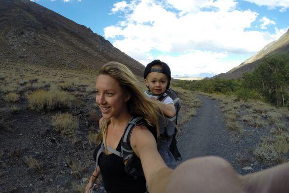 Este pequeño de dos años ha escalado las montañas más espectaculares de...