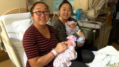 Ellas comparten cumpleaños, sus hijas también: son gemelas y dieron a luz con una hora de diferencia