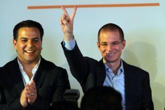 Ricardo Anaya (d) después de ganar las elecciones internas para d...