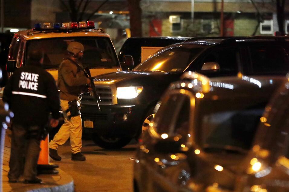 Un guardia armado resguarda el vehículo que traslada a Guzmán, a su lleg...