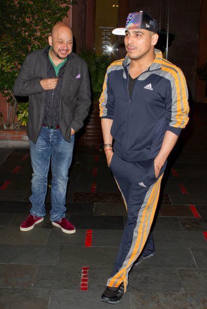 El cantautor salió a cenar con su amigo Pepe Garza y lo captamos...