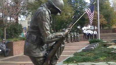 Residentes, veteranos del ejército y líderes de Filadelfia participaron...