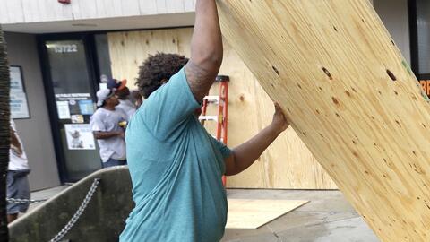 Residentes toman medidas de precaución ante amenaza de Harvey, aunque al...