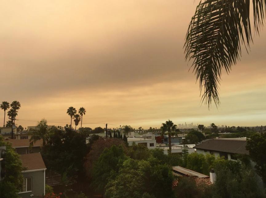 La capa roja en el cielo en West Hollywood.