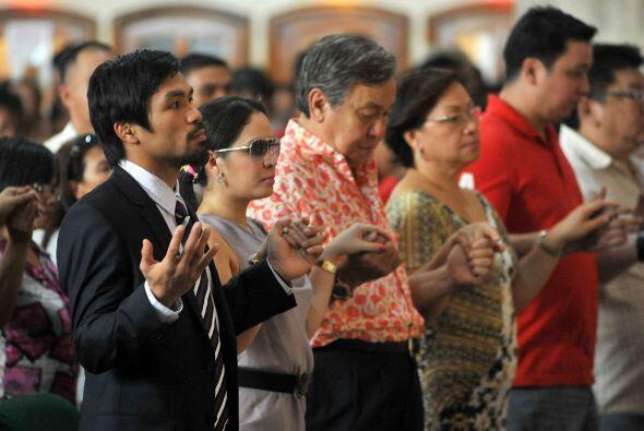 El 'Pacman' participó en cada oración como cualquier parroquiano.
