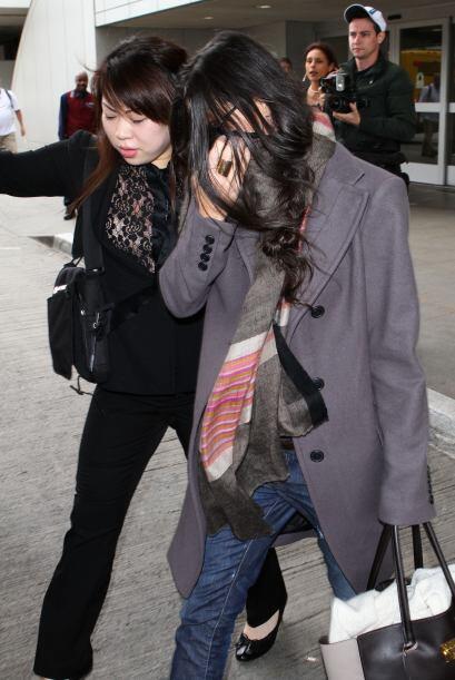 Con el cabello, mano, abrigo y todo lo que puede esta diva intenta ocult...