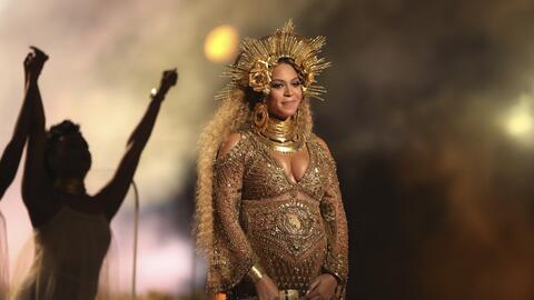 En esta foto del 12 de febrero del 2017, Beyonce canta en la ceremonia d...