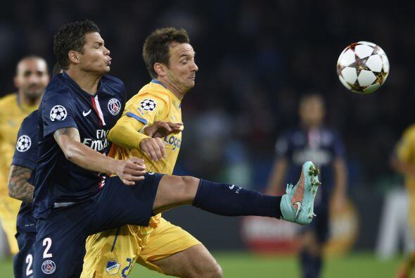 Con un gol de Cavani, el PSG derrotó al APOEL por 1-0 y logró su clasifi...