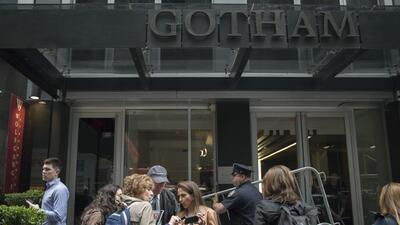 Reporteros y oficiales se veían a las afueras del Gotham Hotel en Nueva...