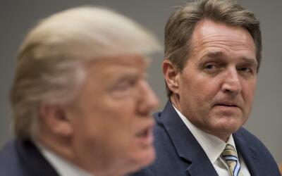 El senador republicano por Arizona, Jeff Flake, mira al presidente Donal...