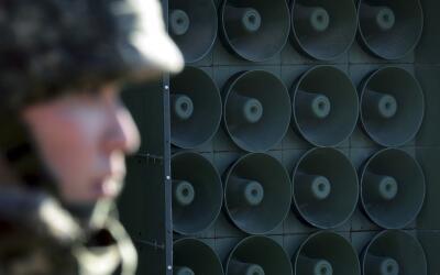 Un soldado surcoreano en labores de vigilancia en la zona fronteriza con...
