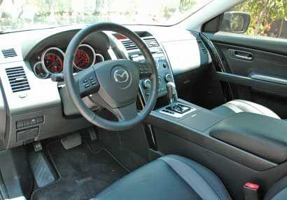 El interior tiene un diseño moderno y cómodo.