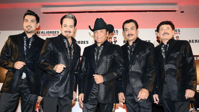 Jorge Hernández, líder de Los Tigres del Norte, en medio con sombrero.