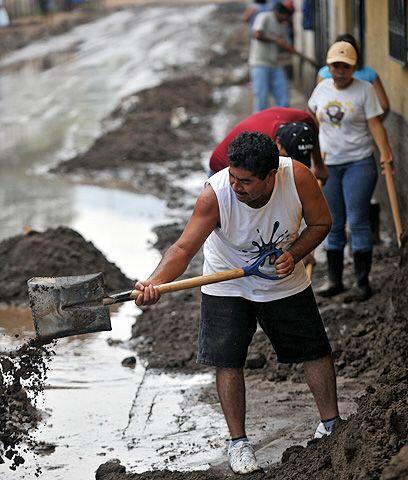 Después de la tormenta viene... La limpieza de los barrios en las...