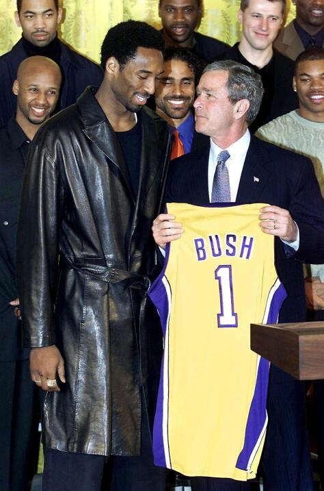 George Bush acompañó a los Lakers en un evento en la Casa Blanca.