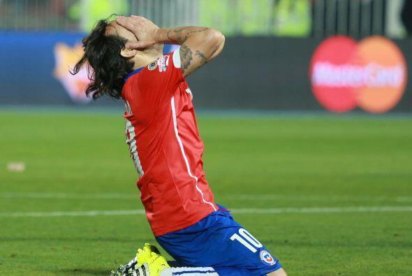 21.- Marcelo Díaz - Intentó dar respiro a la defensa, pero nunca tomó la...