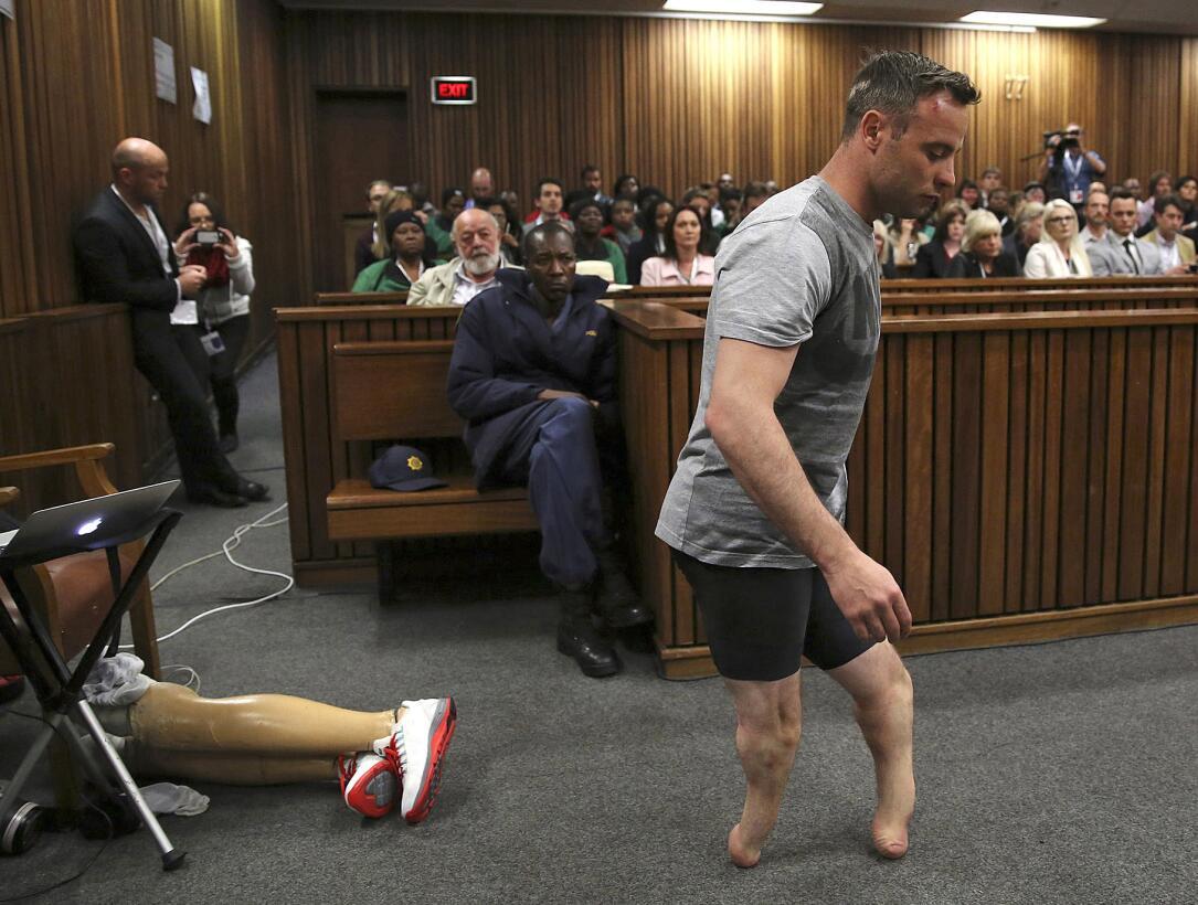 Oscar Pistorius camina sin sus piernas prostéticas en el tribunal de Pre...