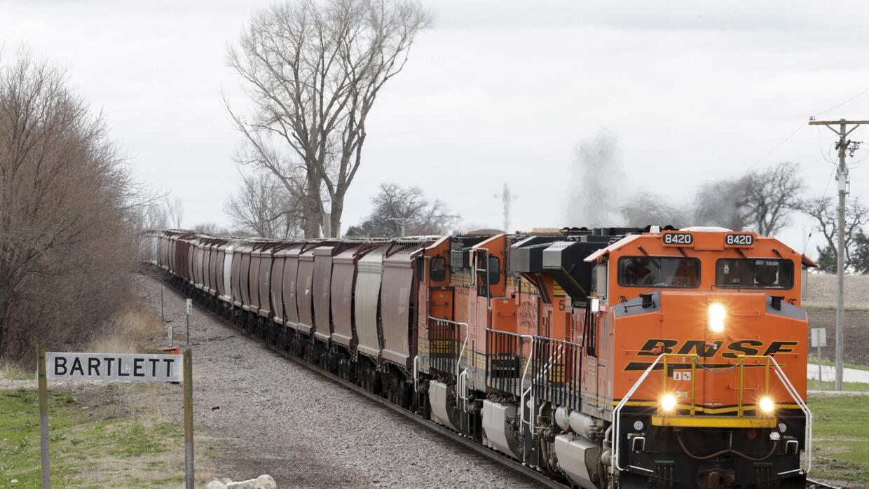 Un tren de carga repleto de cereales pasa por Bartlett, Iowa, el 4 de ab...