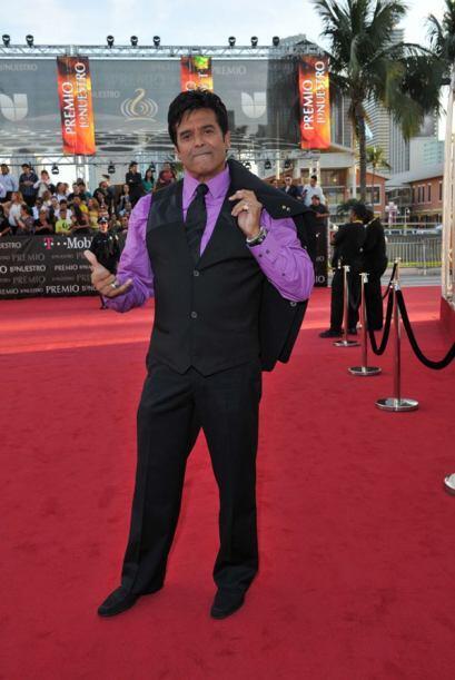 ¿Quién le habrá dicho a Erik Estrada que ese púrpura intenso iba bien co...