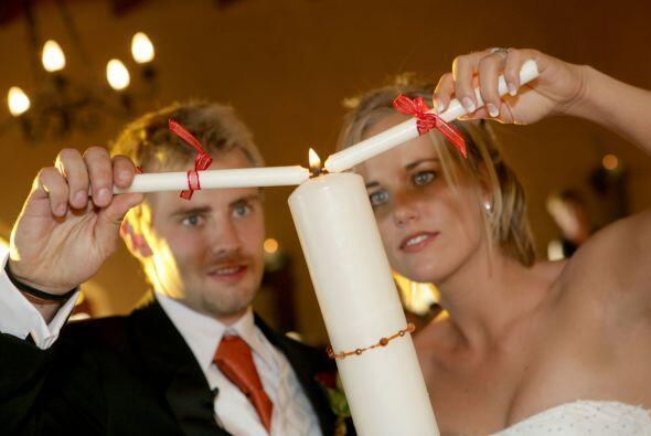 En Colombia se utiliza una ceremonia de velas en los casamientos. Los no...