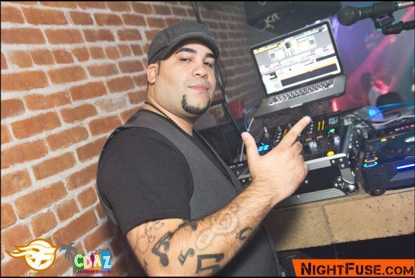 DJ Fuego poniendo la gente a bailar.