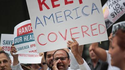 """Mantengan a Estados Unidos cubierto"". Médicos protestaron en..."