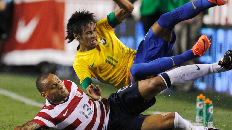 Jermaine Jones le quita la pelota a Neymar en un amistoso
