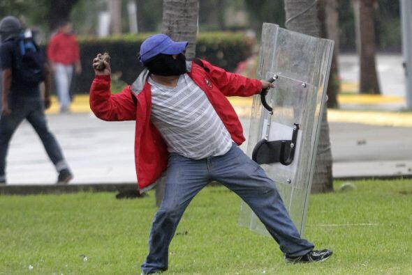 Algunos manifestantes lograron arrebatarle a la policía aditamentos para...