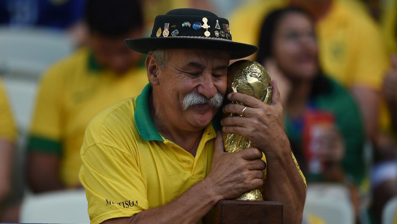 El 'Gaúcho' abrazando la Copa del Mundo, una imagen muy recordada.