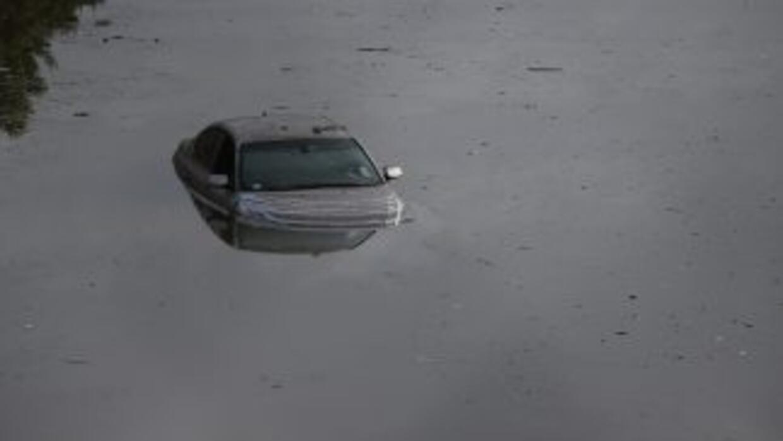 Un auto bajo el agua en Houston, Texas.