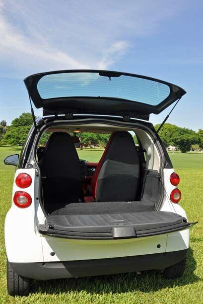 El pequeño espacio en la maletera permite acomodar lo básico para un uso...