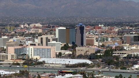 La ciudad de Tucson está ubicada a 70 millas de la frontera con M...