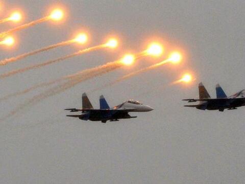 Dos cazas Su-27 Sukhoi regalan esta magnífica postal durante la c...