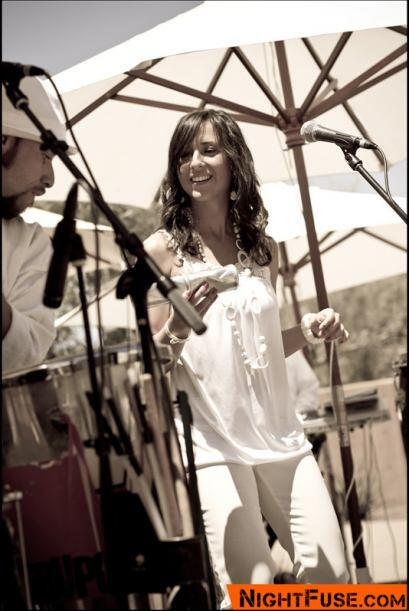 La cantante Amanda Soares también danzó al ritmo del Maracatu.