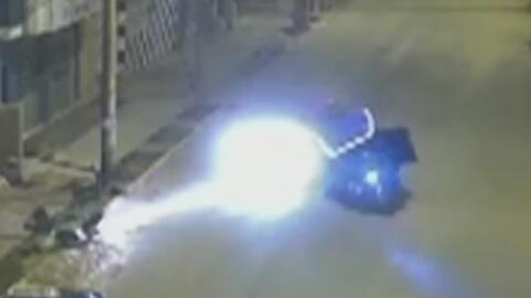 En video, conductor se lleva por delante a un mototaxi y se da a la fuga