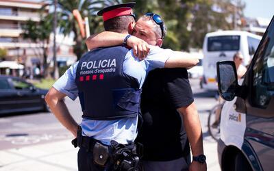 Un habitante de Cambrils abraza a un agente de la policía en agra...