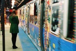 Disfruta del tren navideño durante su recorrido por la CTA durante el me...