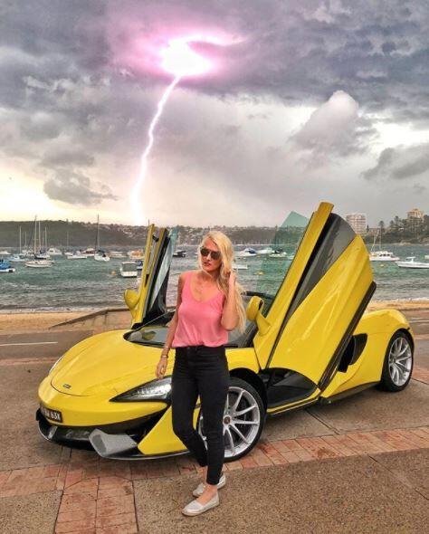 Los superautos que ha manejado la youtuber de Dubai